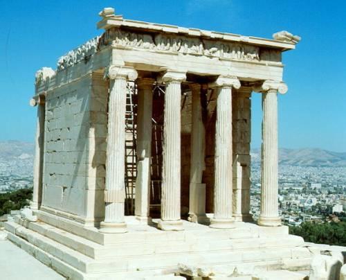 Как выглядят развалины храма ники? сколько портиков он имеет?